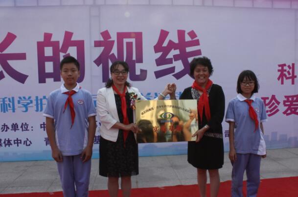 """向邯郸市汉光中学颁发""""科学护眼""""实践基地牌匾-成长的视线 青少年图片"""